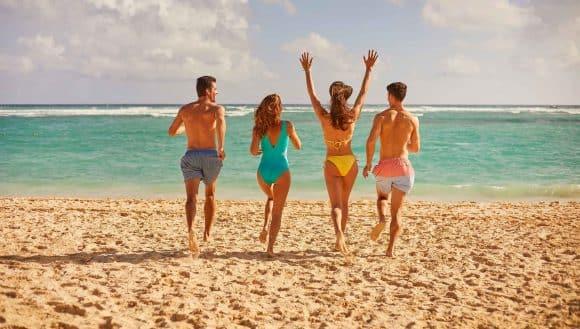 amigos en la playa punta cana