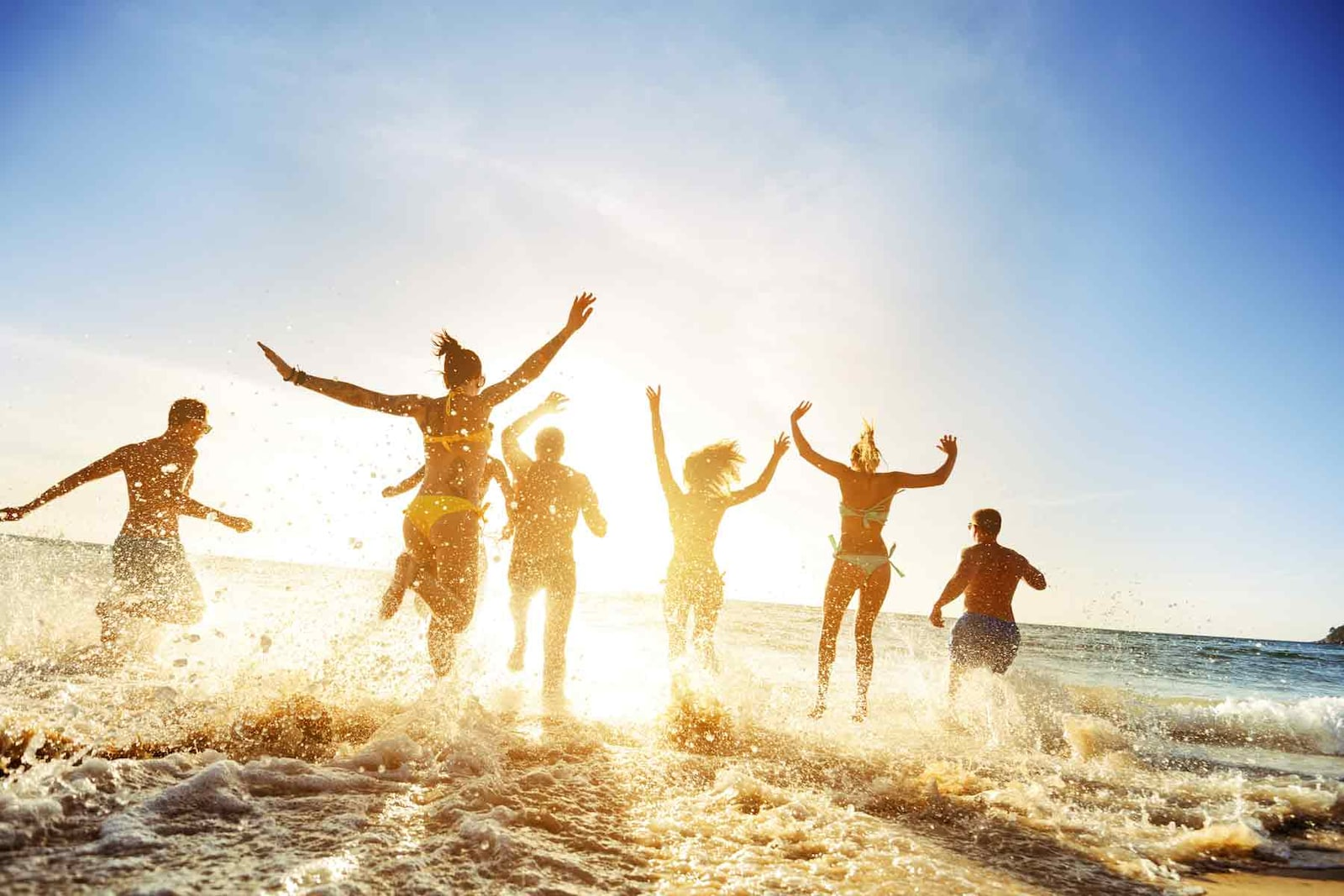 Молодежь дурачится на пляже, порнуха с связанными